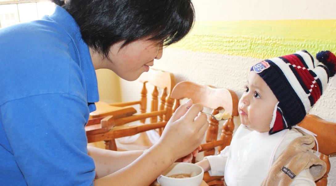 メキシコの派遣先で子供たちの昼食の時間を手伝う日本人チャイルドケアボランティア